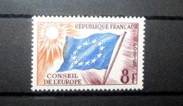 FRANCE SERVICE 1958 N°18 ** (CONSEIL DE L'EUROPE. DRAPEAU. 8F VIOLET, BLEU ET ORANGE) - Neufs