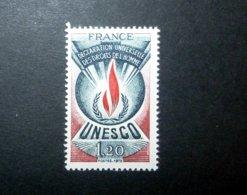 FRANCE SERVICE 1975 N°46 ** (UNESCO. DÉCLARATION UNIVERSELLE DES DROITS DE L'HOMME. 1,20 BLEU NUIT, ROUGE ET LILAS-BRUN. - Neufs