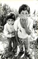 BIDONVILLE PAUVRETE ENFANTS QUI FUMENT  LIEU NON IDENTIFIE PHOTO ORIGINALE FORMAT  17.50 X 11.50 CM - Lieux
