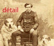 Homme Avec Ses Deux Gros Chiens Photo Collée Sur Carton Format 6,4 X 9,3cm - Anciennes (Av. 1900)