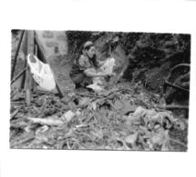 BIDONVILLE PAUVRETE FEMME LIEU NON IDENTIFIE PHOTO ORIGINALE FORMAT 14.50 X 13 CM - Lieux