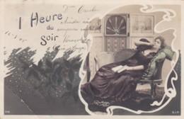 """CPA Signée REUTLINGER - """" 1 Heure Du Soir """" Femme étendue Sur Sofa, Cigarette, Livre  5LOT PAT 89° - Femmes"""
