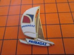 1119 Pin's Pins : BEAU ET RARE : Thème BATEAUX / TRIMARAN VOILIER VOILE PRIMAGAZ - Barcos