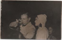 Fotografia Cm. 8,9 X 14 Con Coppia E Fucile (forese Luna Parl). A Lato A Penna Varese 1944 - Personnes Anonymes