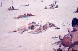 35mm AMATEUR SLIDE DIAPOSITIVE NOT PHOTO 1975 NUDISM BEACH NU NUE NUDE NAKED BOY MAN WOMAN NACKTE PORTUGAL Frd72 - Célébrités D'époque