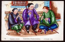RARE CPA ANCIENNE CHINE-  ILLUSTRATION AQUARELLE- VIE EN CHINE DÉBUT XXe.-  CAUSETTE AMICALE EN FUMANT UNE PIPE - China