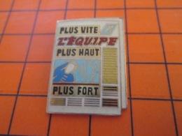 1119 Pin's Pins : BEAU ET RARE : Thème MEDIAS / JOURNAL L'EQUIPE PLUS VITE PLUS HAUT PLUS FORT - Medios De Comunicación