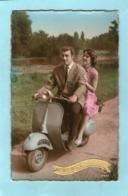 Joli Couple Sur Une VESPA - - Non Classificati