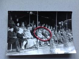 Photo Originale Militaires Gradés Tribune Colonel Inscrit à L'arrière Défilé A Identifier - Militaria