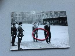 Photo Originale Militaires Gradés Tribune Non Du Colonel Inscrit à L'arrière Défilé A Identifier - Militaria