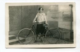 Carte Photo : Bicyclette De Femme   A  VOIR  !!! - Postcards