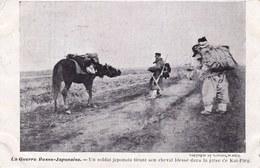 LA GUERRE RUSSIE - JAPON 1904 - 1905 --- UN SOLDAT JAPONNAIS TIRANT SON CHEVAL BLESSE DANS LA PRISE DE KAI PING - Guerres - Autres