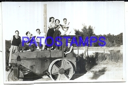 124572 AUTOMOBILE OLD CAR MAQUINA AGRICOLA AND MAN'S 8.5 X 5.5 CM PHOTO NO POSTAL POSTCARD - Ansichtskarten