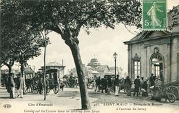 Saint Malo  Sortie De La Douane  à L'arrivée De Jersey (465) - Saint Malo