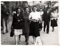 Photo Originale Marcheuses De Rue & Foule Vers 1940/50 - Beroepen