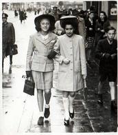 Photo Originale 2 Charmantes Adolescentes Marcheuses De Rue Suivies Par Un Officier Allemand Vers 1940 - Berufe
