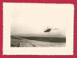 Photographie Souple En Noir Et Blanc - Guerre D'Algérie - Survol D'un Axe Routier Par Un Hélicoptère Militaire - Guerre, Militaire