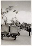 Photo Originale Couple Masculin En Rosalie Lors De L'Inauguration De L'Exposition Universelle De Bruxelles 1958 - Vélo - Cyclisme