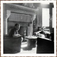 Photo Carrée Originale Apéritif De Châtelains Au Pied De La Cheminée Et Volutes De Fumées Pour Demi Contre Jour 1950/60 - Objets