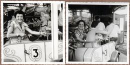 2 Photos Carrées Originales Retour En Enfance Mère & Fille Dans Un Manège De Petits à La Fête Foraine En 1955 - Pin-Ups