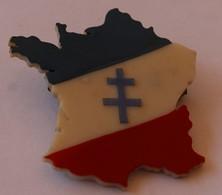 Broche Carte De France Avec Croix De Lorraine Gaulisme Parti Politique ? - Obj. 'Remember Of'