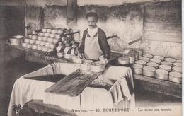 CPA Roquefort - La Mise En Moule (très Joli Plan) - Roquefort