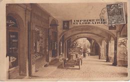 """CPA Villefranche-de-Rouergue - Arcades Saint-Martial (avec Automobile Devant """"Imprimerie Salingardes"""") - Villefranche De Rouergue"""