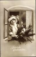 Cp Glückwunsch Weihnachten, Dame Am Fenster Mit Tannenbaumzweig - Noël