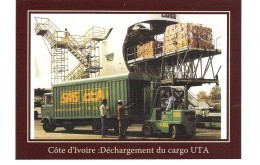 SAG  Aéroport D'Abidjan : UTA-   Déchargement Du Cargo UTA. Camion Et Personnel De SAG Abidjan - Ivory Coast