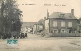 CPA 51 Marne Moussy L'Entrée Du Village - Militaria - Soldats - Francia