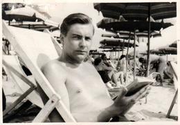 Photo Originale Gay & Playboy Sexy, Lecteur à La Plage Sous Les Parasols Vers 1960 - Anonyme Personen