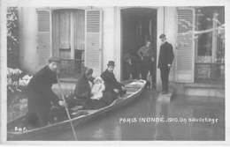 75 - PARIS ( Inondations 1910 - Crues De La Seine ) PARIS INONDE : Un Sauvetage En Barque ( Bon Plan ) - CPA - - Alluvioni Del 1910