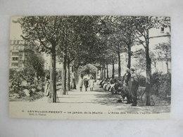 LEVALLOIS PERRET - Le Jardin De La Mairie - L'allée Des Tilleuls L'après-midi (animée) - Levallois Perret
