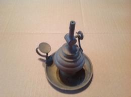 Lot. 1167.  Ancienne Lampe à Huile En Cuivre à Mèche Réglable Par Molette - Luminaires