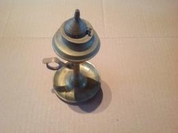 Lot. 1168.  Ancienne Lampe à Huile En Cuivre à Mèche Et Couvercle - Luminaires