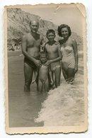 Photo Originale , Famille Avec Enfants En Maillot De Bain , Dim. 6.0 Cm X 9.0 Cm - Personas Anónimos