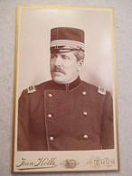 CDV  Portrait Militaire SUISSE - Officier - Capitaine - Voir Shako - Photo Jean KÖLLA,  THUN / THOUNE - Circa 1890 - TBE - Guerre, Militaire