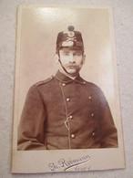 CDV  Portrait Jeune Militaire SUISSE - Voir Shako - Fusils Croisés - Photo Ch. Rebmann, VEVEY - Circa 1890    TBE - War, Military