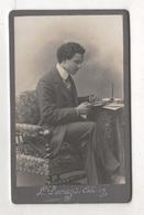 PHOTOGRAPHIE D'UN JEUNE HOMME A SON BUREAU - L. DEMAY DU COUDRAY LONS LE SAUNIER RUE ROUGET DE L'ISLE 6 - Ancianas (antes De 1900)