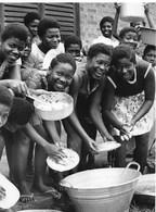 Photo Ghana Corvée Vaisselle Années 1980. Ph. Vivant Univers - Afrique