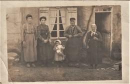Rare Carte Photo Paysan De L'ouest De La France  Devant Leur Maison - Otros
