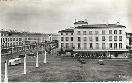 17 - Royan - Place De L' Hôtel De Ville (Vieux Véhicules) 2CV Fourgonnette ,Citroën Traction,Frégate(Cliché Pas Courant) - Royan
