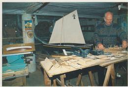 CPSM Lège - Cap-Ferret - 14 Décembre 1993 - Hubert Charpentier, Maquettiste, Au Travail Sur Une Maquette De Pinasse ... - France