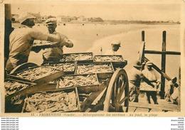85 FROMENTINE. Débarquement Des Sardines Du Bateau Sur La Charrette Par Les Pêcheurs - Autres Communes