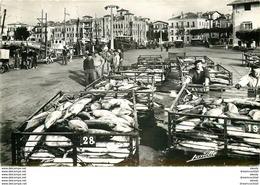 Photo Cpsm 64 SAINT JEAN DE LUZ. Séchargement Du Thon Sur Les Quais. Métiers De La Mer. Carte écrite à Spaggiari En 1960 - Saint Jean De Luz