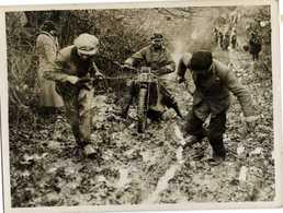 PHOTO Presse 1935  MOTO  MOTOR CYCLISTS HAVE A RUD SCRAMBLE  J Sloan On A Scott Machine RV - Sports