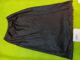 Fond De Robe Noir- Ou Jupon Satin Tour De Taille 50 Hauteur 64 Cm - Habits & Linge D'époque