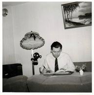 Photo Carrée Originale Poupée Gonflable Noire Dakko-chan Ou Ki Nobori Uinki Accrochée Au Lampadaire & Lecteur 1960's - Voorwerpen