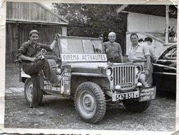 Photo De Trois Hommes Posant A Coté De Leurs Jeep Willys Pour Le Critérium Du Dauphiné Libéré En 1951 - Anonymous Persons