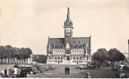 80 - ALBERT : Hotel De Ville ( Animation Automobiles ) CPSM Dentelée Format CPA - Somme - Albert